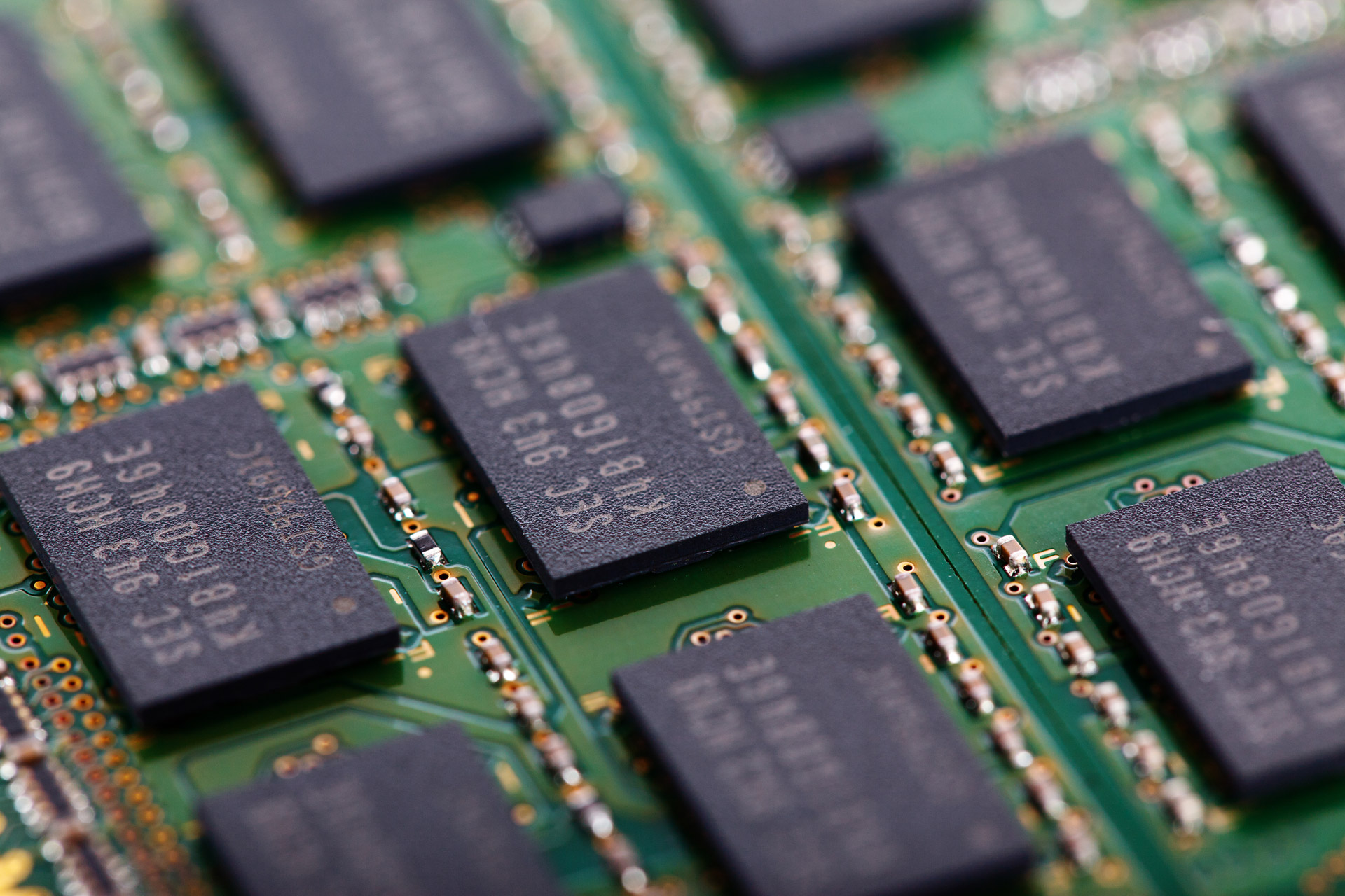 Two big challenges with flash memory and how to solve them ...